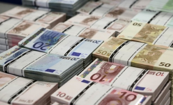 Euro falls to 3 year low ahead of GDP data